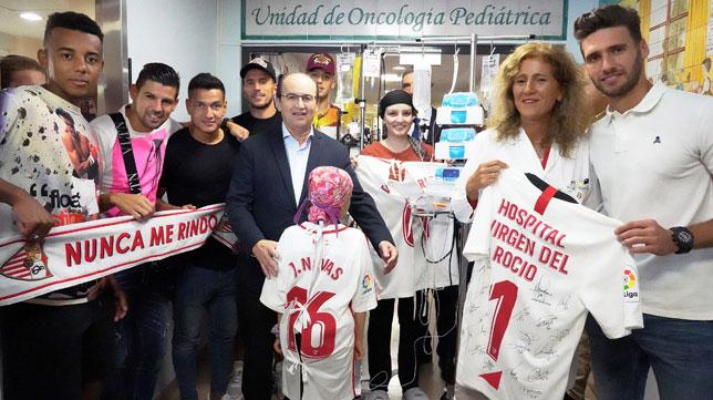 Visita de jugadores y presidente del Sevilla FC al Hospital Infantil Virgen del Rocío
