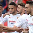 Los futbolistas del Sevilla celebran uno de los goles al Osasuna
