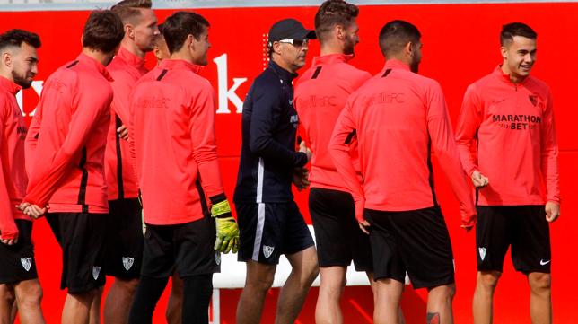 Lopetegui junto algunos jugadores del Sevilla en un entrenamiento (Foto: MANUEL GÓMEZ)
