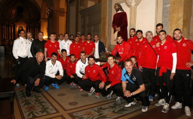 La expedición del Sevilla FC en 2015, junto al Cristo del Buen Amor de Álvarez Duarte en Buenos Aires