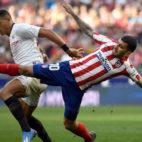 Diego Carlos protege el balón ante Correa durante el Atlético-Sevilla de LaLiga (Foto: AFP).