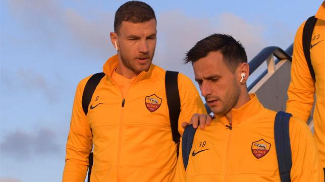 Dzeko y Kalinic, en un vuelo con la Roma (Foto: AS Roma).