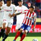 Correa controla ante Diego Carlos durante el Atlético-Sevilla de LaLiga Santander (Foto: EFE).