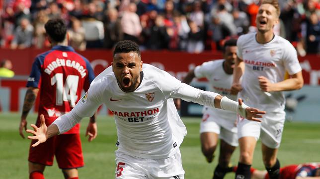 En-Nesyri celebra su segundo gol en el Sevilla - Osasuna (Foto: RAÚL DOBLADO)