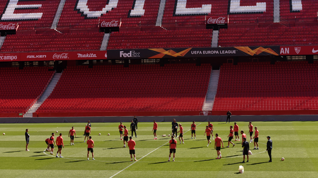 El Sevilla se entrenó en el Sánchez-Pizjuán con las gradas tal y como estarán contra la Roma (Foto: MANUEL GÓMEZ)