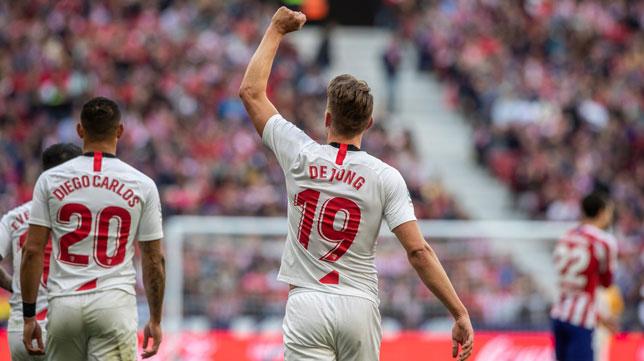 Luuk de Jong celebra el 0-1 a favor del Sevilla en su partido ante el Atlético (Foto: EFE).