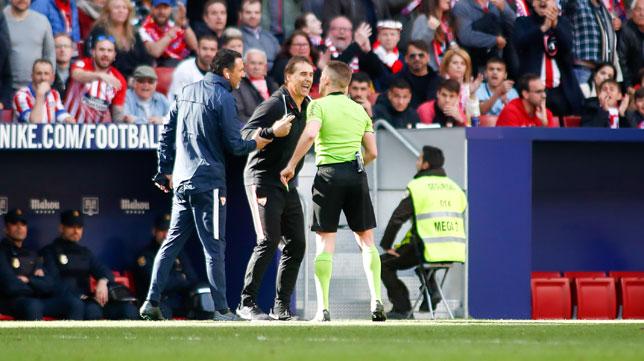 Lopetegui protesta ante Hernández Hernández durante el Atlético-Sevilla (Foto: EP).