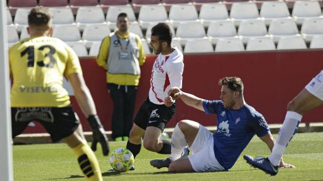 Lara cae en una jugada que pudo ser penalti en el Sevilla Atlético - Villarrobledo (Foto: Juan Flores)