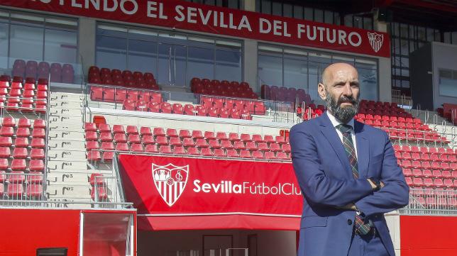 Monchi posa en el Estadio Jesús Navas durante su entrevista con ABC de Sevilla (Foto: Manu Gómez)