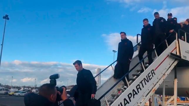Los jugadores de la Roma bajan del avión en uno de sus viajes esta temporada