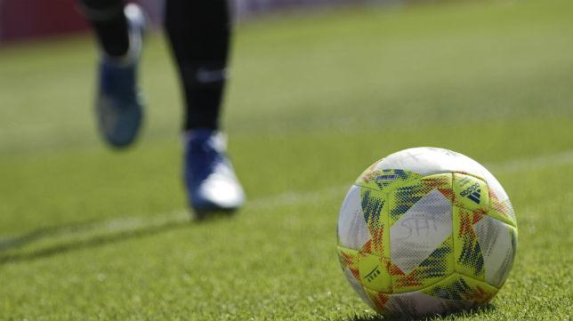 Un futbolista busca el balón en el Sevilla Atlético - Villarrobledo (Foto: Juan Flores)