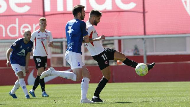 Pejiño controla un balón en el Sevilla Atlético - Villarrobledo (Foto: Juan Flores)