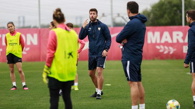David Barrachina da instrucciones a las jugadoras del Sevilla Femenino durante un entrenamiento (Foto: VANESSA GÓMEZ)