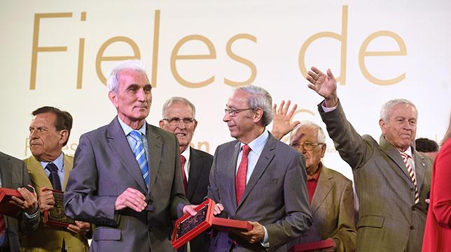 Varios socios 'Fieles de Nervión' reconocidos por el Sevilla FC