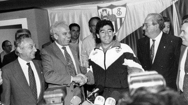 Luis Cuervas, presidente del Sevilla, se estrecha la mano con Maradona cuando se cerró su fichaje por el Sevilla en 1992 (Foto: Nieves Sanz).