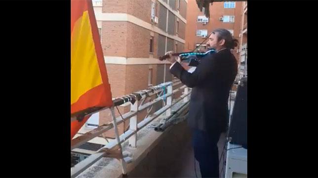Pedro toca el Himno del Centenario del Sevilla para sus vecinos en Badajoz