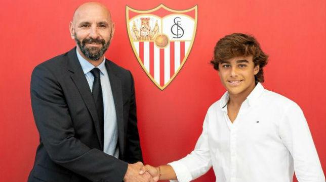 Monchi estrecha la mano de Carlos Álvarez en su renovacion con el Sevilla (Foto: Sevilla FC)