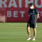Lopetegui dirige el entrenamiento con una mascarilla (Sevilla FC)
