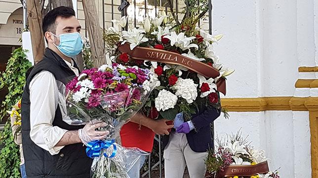 Ramo de flores del Sevilla FC en recuerdo a Joselito el Gallo (Rocío Ruz)