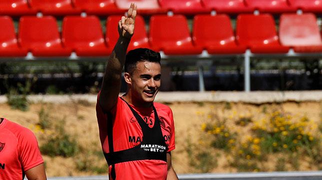 Reguilón, en el entrenamiento del Sevilla FC