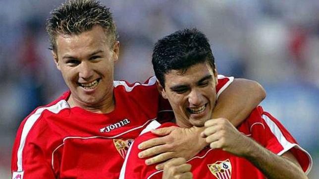 Antoñito y Reyes celebran un gol con el Sevilla FC