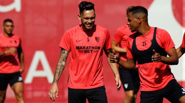 Ocampos y Fernando, durante el entrenamiento del Sevilla FC (LaLiga)