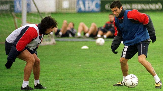 Reyes encara a Gallardo en un entrenamiento nervionense (Foto: Raúl Doblado)