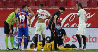 Vaclik, tendido en el suelo, tras la lesión sufrida en el Sevilla-Eibar (Foto: AFP).