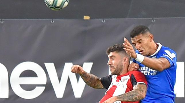 Diego Carlos y Unai Núñez saltan por el balón durante el Athletic-Sevilla (Foto: LaLiga).