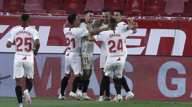 Los jugadores del Sevilla celebran el 1-0 obra de Ocampos de penalti ante el Mallorca (Foto: J. M. Serrano).