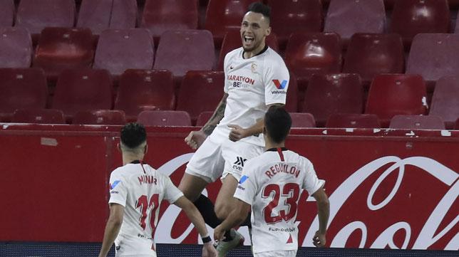 Ocampos salta ante Munir y Reguilón para celebrar el 1-0 de penalti en el Sevilla - Mallorca (Foto: J. M. Serrano).