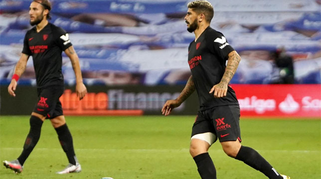Banega busca un pase durante el Real Sociedad - Sevilla (Foto: Sevilla FC).