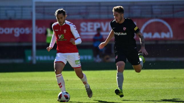 Casas, del Sevilla Atlético, persigue a un jugador del Murcia (Foto: Sevilla FC)