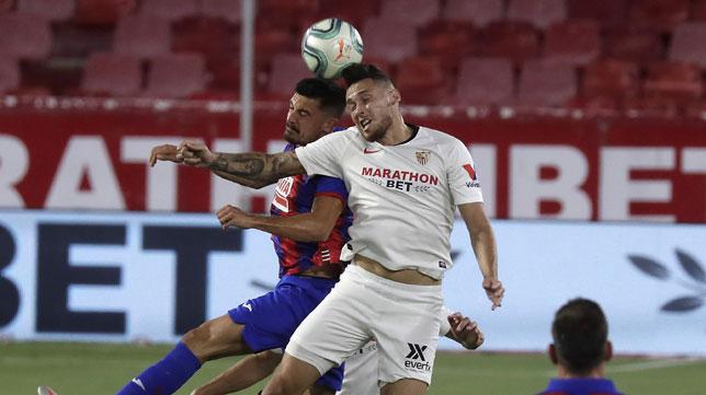 Ocampos salta por el balón en el Sevilla-Eibar (Foto: J. M. Serrano).