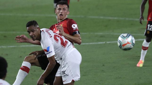 Fernando disputa un balón en el Sevilla FC-RCD Mallorca de LaLiga 19-20 (Foto: J. M. Serrano)