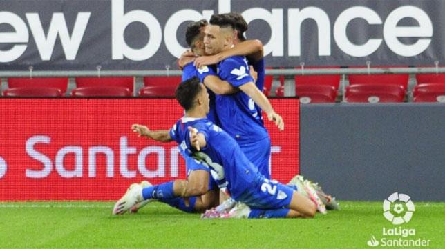 Gudelj, Ocampos y Reguilón celebran con Munir el gol de éste que suponía el 1-2 en el Athletic-Sevilla (Foto: LaLiga).