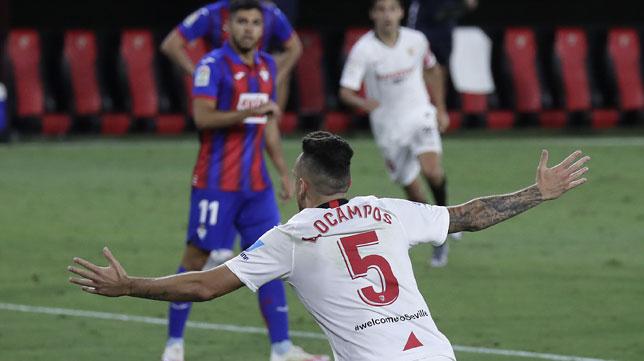 Ocampos corre a celebrar el 1-0 en el Sevilla-Eibar (Foto: J. M. Serrano).