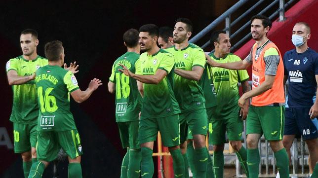 Los futbolistas del Eibar celebran el segundo gol logrado en el campo del Granada (Foto: EFE)