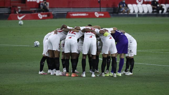 Los jugadores del Sevilla hacen piña antes del Sevilla - Mallorca (Foto: J. M. Serrano).