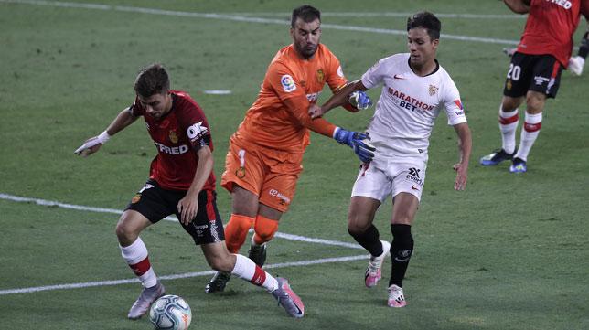 Óliver Torres es frenado por Reina mientras Pozo tiene el balón en el Sevilla - Mallorca (Foto: J. M. Serrano).
