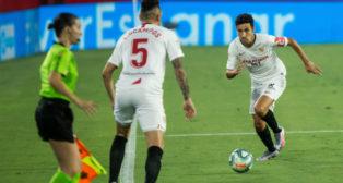 Navas conduce el balón ante Ocampos en el Sevilla-Eibar