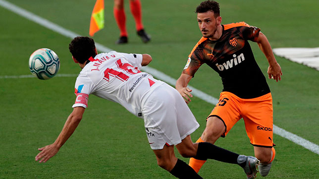 Navas y Florenzi en un lance del Sevilla-Valencia (EFE)