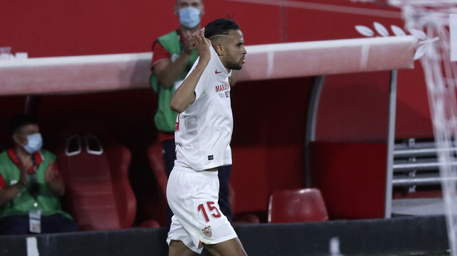 En-Nesyri celebra el gol que supuso el 2-0 en el Sevilla - Mallorca (Foto: J. M. Serrano).