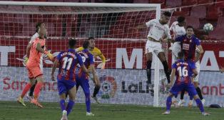 En-Nesyri y Diego Carlos saltan por el balón con Ocampos de portero en la última jugada del Sevilla-Eibar (Foto: J. M. Serrano).