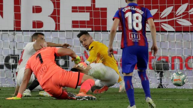 Ocampos detiene el remate de Dmitrovic