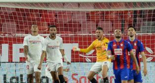 Ocampos celebra el triunfo del Sevilla ante un aliviado Diego Carlos y un eufórico En-Nesyri en el Sevilla-Eibar (Foto: AFP).