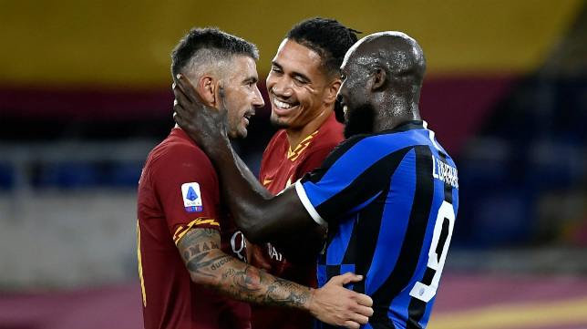 Lukaku (d) saluda a Kolarov, ante la mirada de Smalling, en el Roma-Inter de este domingo (AFP)