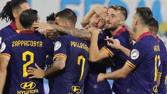 Los jugadores de la Roma celebran uno de los goles anotados ante el SPAL (Foto: EFE)
