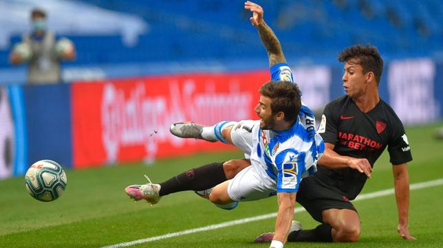 Óliver Torres se lanza ante Portu durante el Real Sociedad-Sevilla (Foto: AFP).