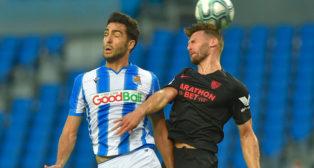 Sergi Gómez salta con Mikel Merino durante el Real Sociedad-Sevilla (Foto: AFP).